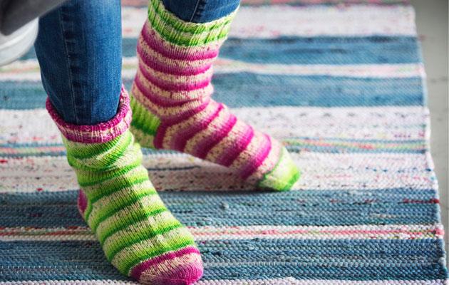värikkäät villasukat lapselle, naiselle ja miehelle