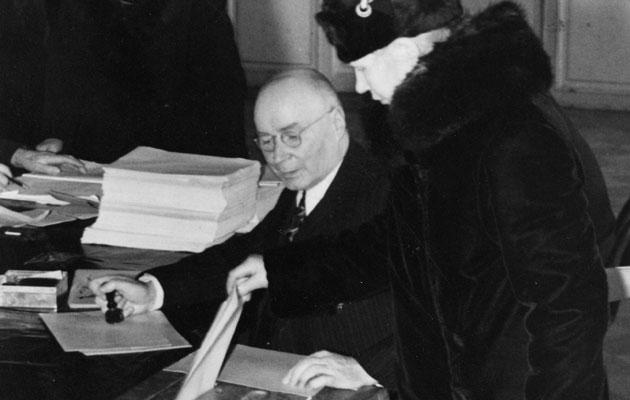 Rouva äänestää 1940-luvulla