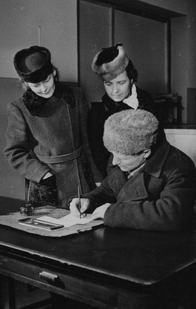 Naiset äänestysuurnalla