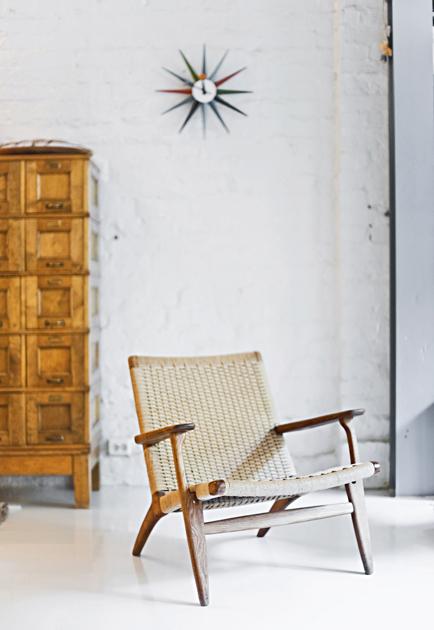 Raaka-Rå-astioiden tekijän Leena Kouhian kotona on Hans J. Wegnerin nojatuoli