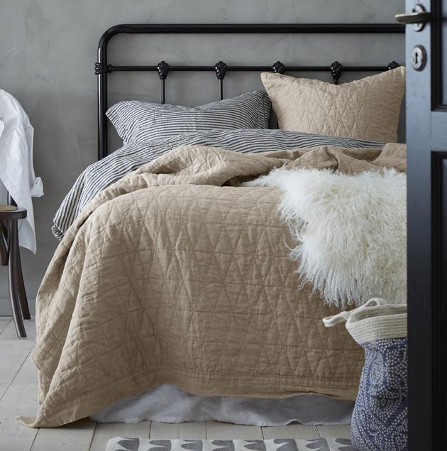 Runsas makuuhuoneen sängyn petaus