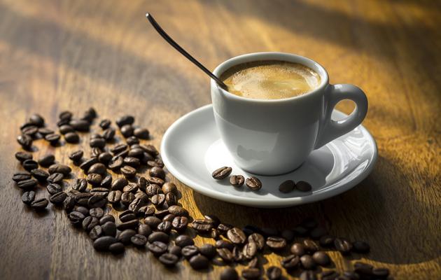 Näin keität hyvää kahvia, kahvikuppi ja kahvipapuja