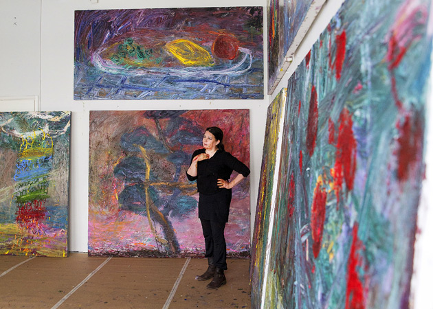 taiteilija Nanna Susi työhuoneellaa teostensa ympäröimänä.