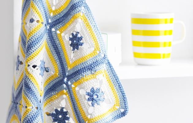 Sinikeltainen virkattu pyyhe piristää sisustusta.