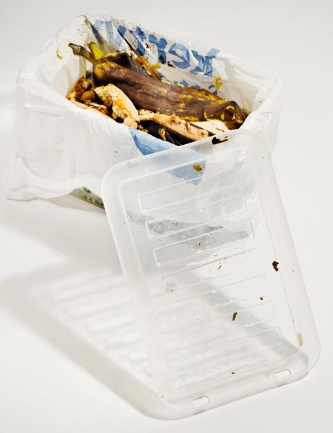 Bokashi-komposti vaatii pieneksi pilkottua biojätettä, bokashirouhetta ja bokahiämpärin.