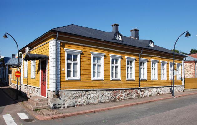 empire-tyylinen yksikerroksinen talo