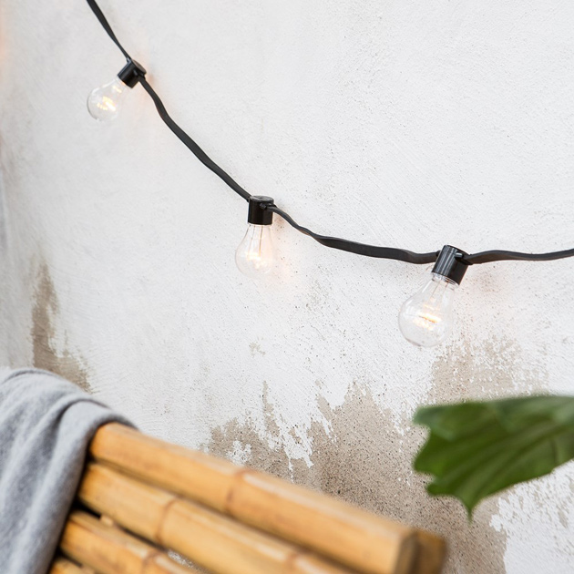 Granit LED-valosarja ripustettuna seinälle