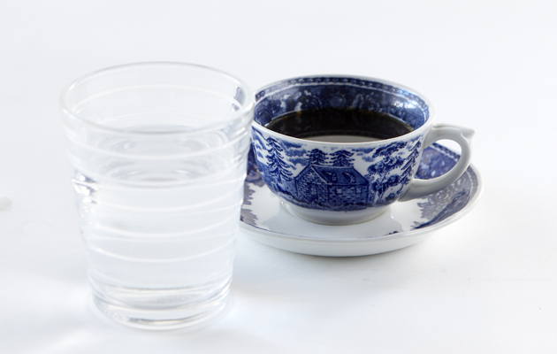 kahvi ja vesilasi
