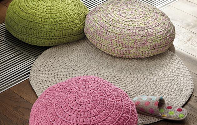 Virkattu matto ja ihanan värikkäät tyynyt