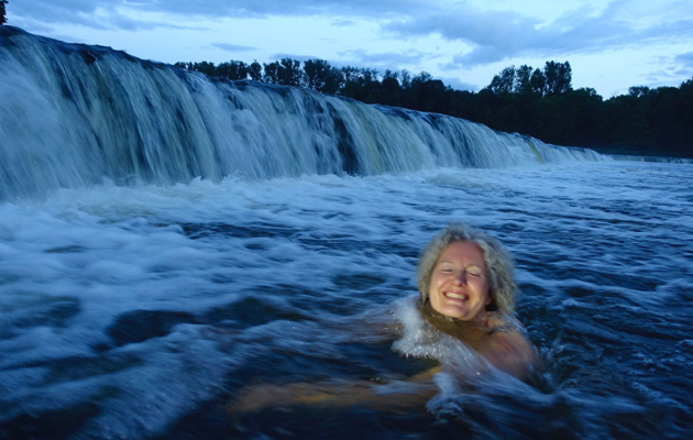 Kaarina Silmunen Euroopan leveimmässä vesiputouksessa uimassa