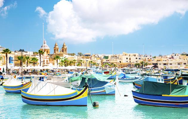 Värikkäitä kalastajaveneitä Maltalla.