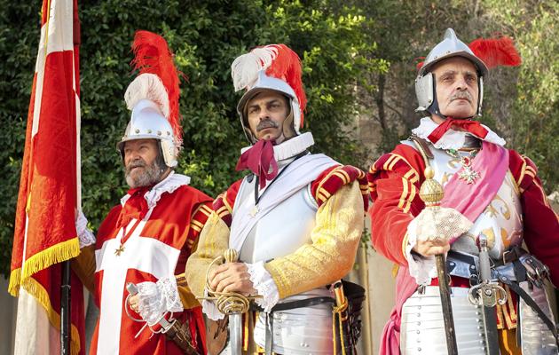 Malta tunnetaan ritareistaan. Komeat historialliset asut kuuluvat saaren moniin perinteisiin.