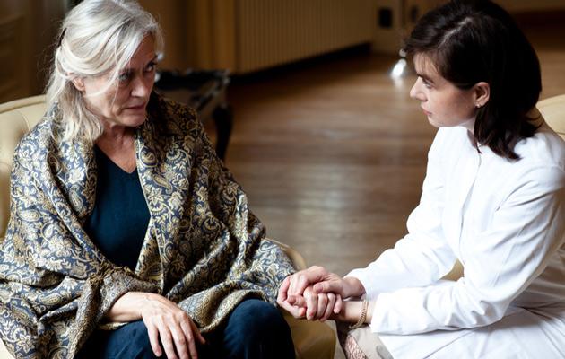 Alzheimer-potilasta voi olla vaikea saada tutkimuksiin.
