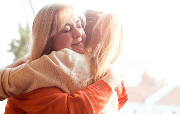 Äiti ja tytär halaus