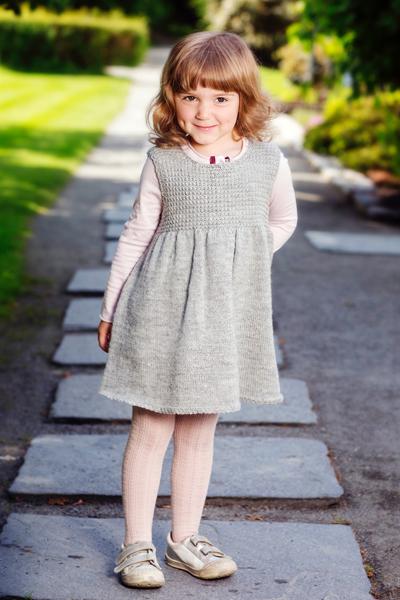 Harmaa mekko tytölle