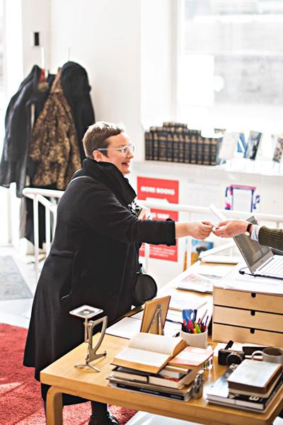 Kirjailija Sanna Tahvanainen