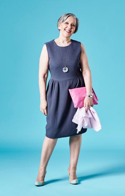 Sirkka Kuula ja tulppaanihelmainen tumman sininen mekko