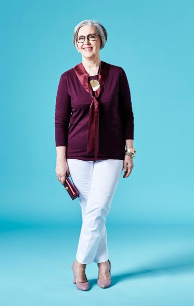 Sirkka Kuula, suorat vaaleat housut ja viininpunainen paita