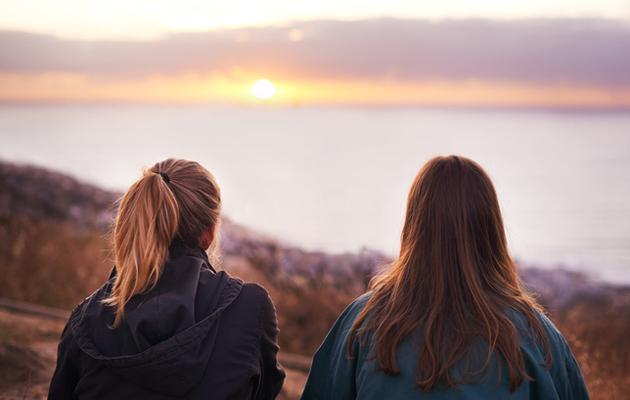 Kaksi naista rannalla