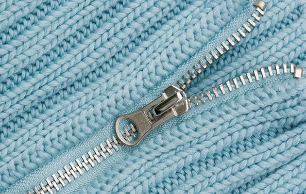 hopeinen vetoketju sinisessä neuleessa