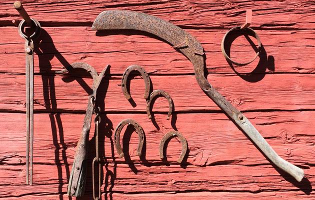 Työkaluja vajan seinällä Kustavissa