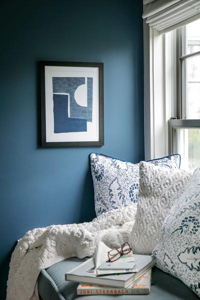 sininen väri makuuhuoneen seinässä.
