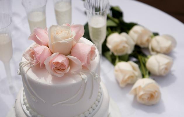 Hääkakku, kukkia ja laseja hääjuhlan kunniaksi
