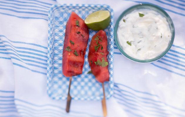 grillatut vesimelonivartaat ja minttu-jogurttikastike