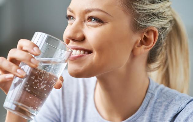 Nainen juo lasista