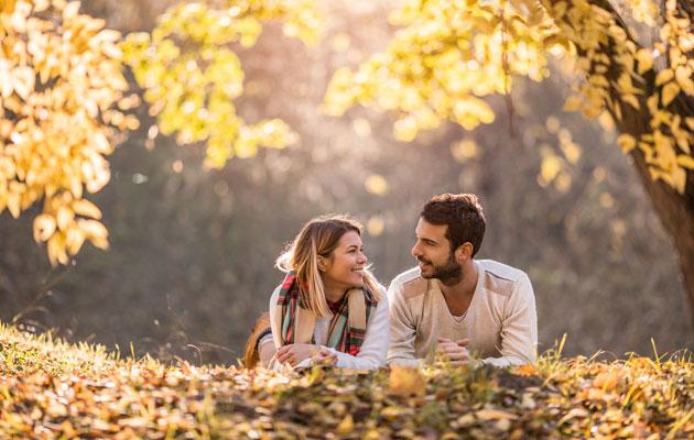 Pariskunta metsässä