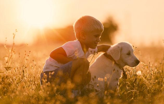 Poika koiransa kanssa