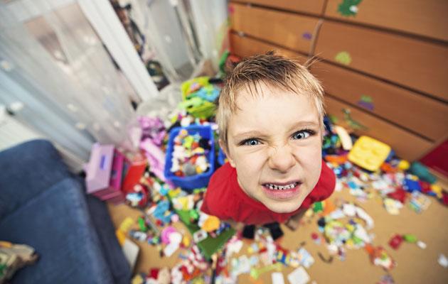 Poika leikkii huoneessaan