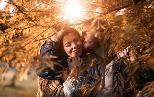 Pariskunta syksyisessä metsässä