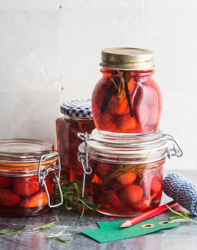 kokonaisina säilötyt mansikat