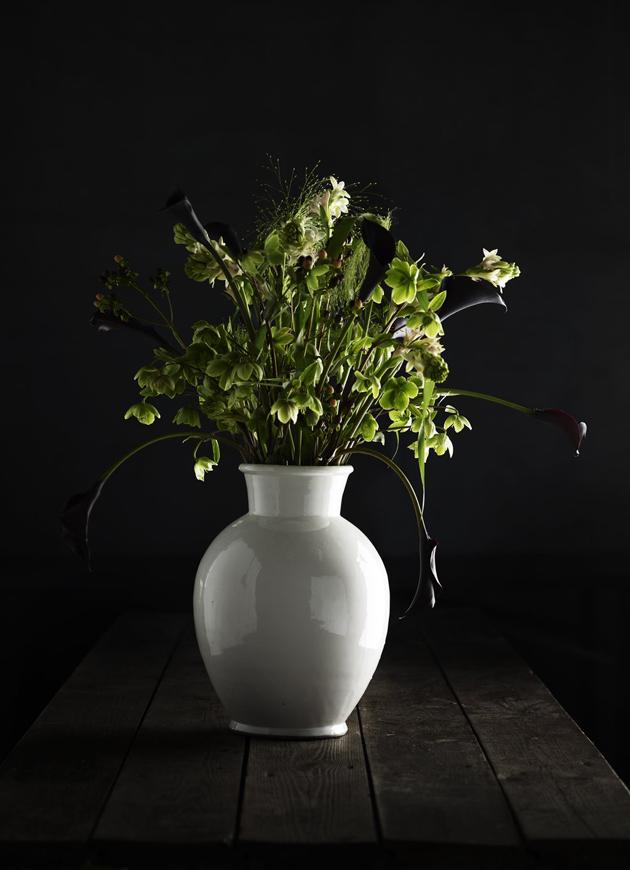 kukkakimppu pelkästään vihreistä kukista ja oksista