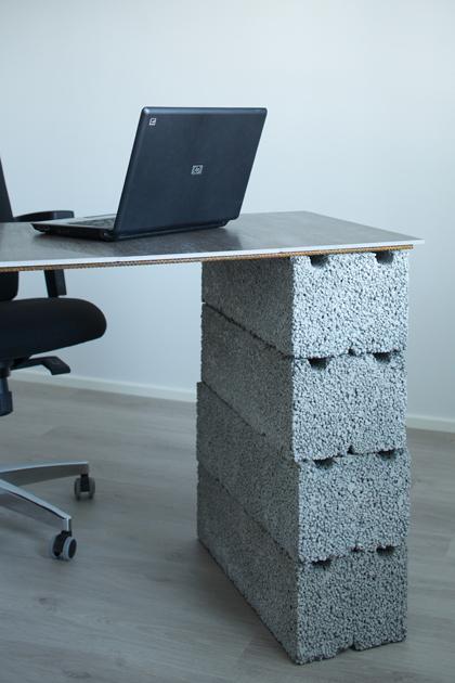 työpöytä, jossa on betonijalka