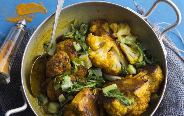 Intialaiset mausteet tuovat maukkaan lisän miedolle kukkakaalille.