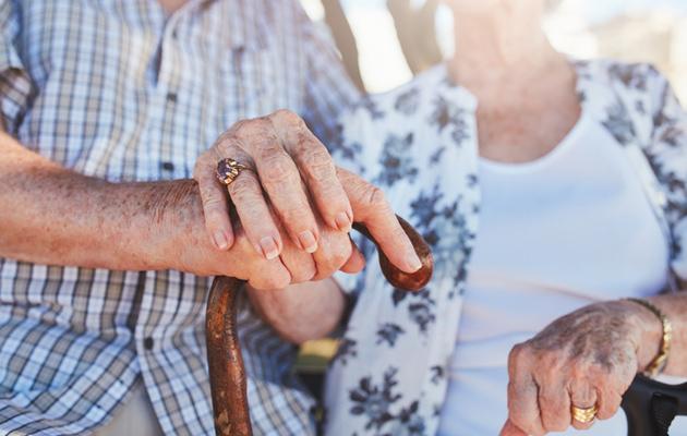 Vanhukset käsi kädessä