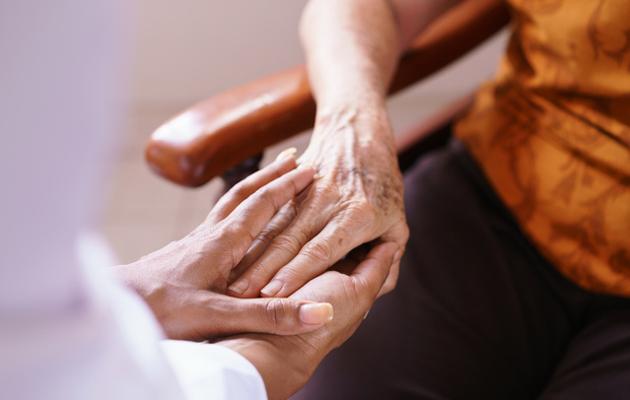 Käsi kädessä, vanhus ja omainen