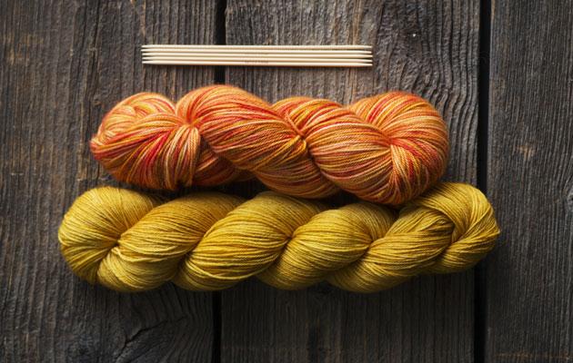 Lankavyyhdeistä neulotaan villasukkia.