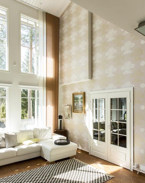 Tilava, valoisa ja korkea olohuone