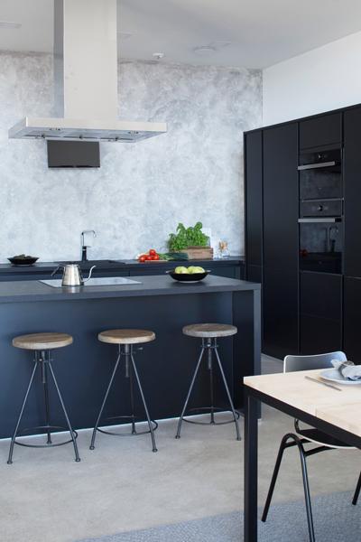 Yläkaapiton avara keittiö sulkee kaiken ylimääräisen sisäänsä