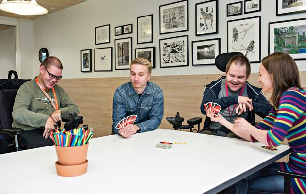 Jupe, Joonas, LAssi ja Liisa pelaamassa korttia