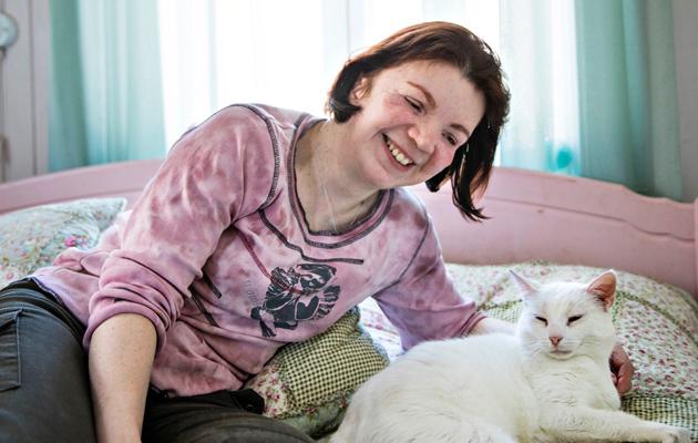 Sirpa Saarinen kissansa kanssa