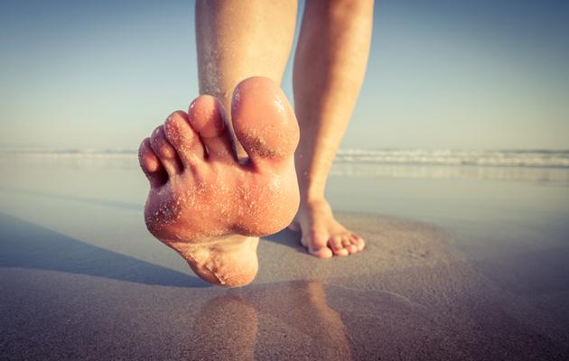 Paljaat jalat rannalla