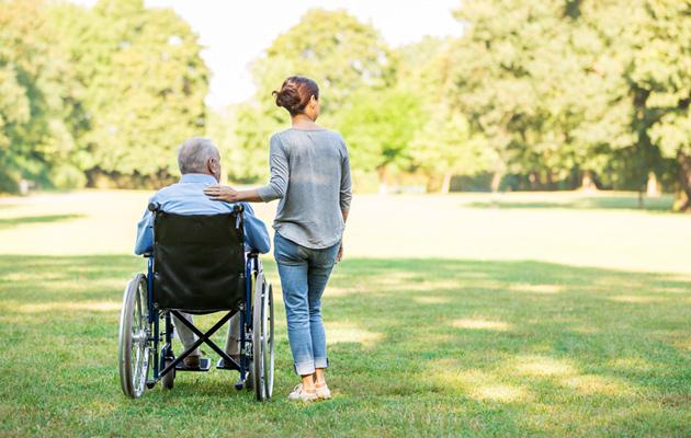 Vanhus avustajansa kanssa
