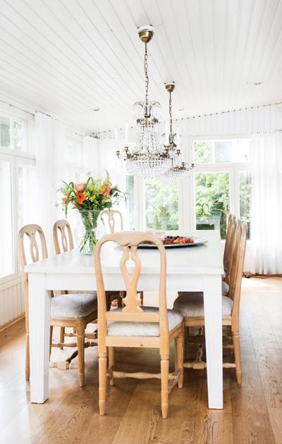 Hanna Sumarin ruokapöytä tuoleilla