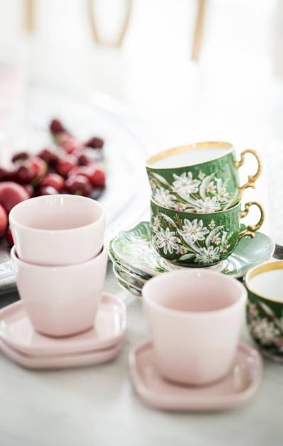 Vaaleanpunaiset sekä vihreät kahvikupit