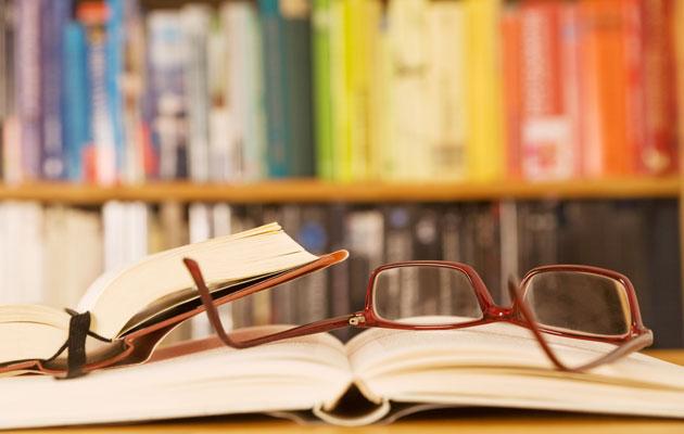 Kirjojen lukeminen kannattaa. Podcast antaa lisätietoa kirjan synnystä.