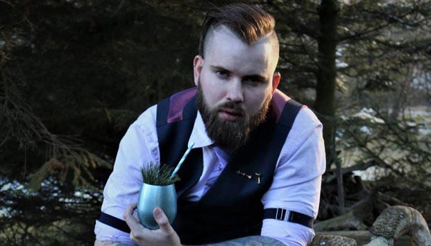Islantilainen baarimestari näyttää taitonsa Turussa.